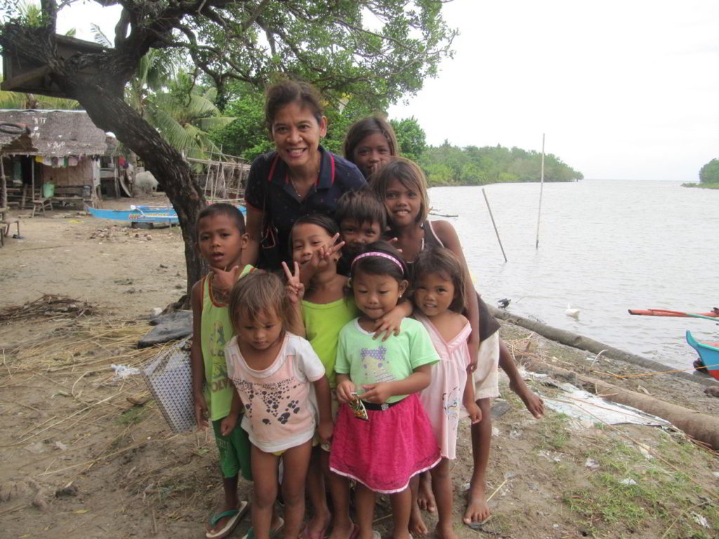 Gigi Brown with the children of Sitio Baybay, Barangay San Isidro, Tanjay City, Philippines